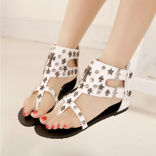 2016Roman summer sandals diamond rivet belt buckle sandals Clip toe flat women sandals