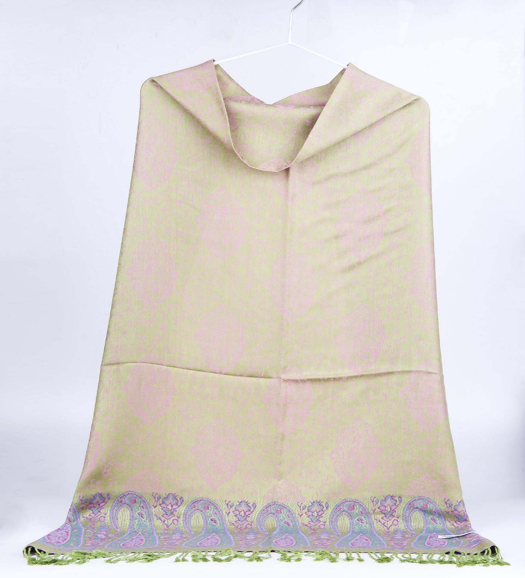[2] 双八字 韩式披肩式围巾系法,也称双八字系法,这种系法是最简单的