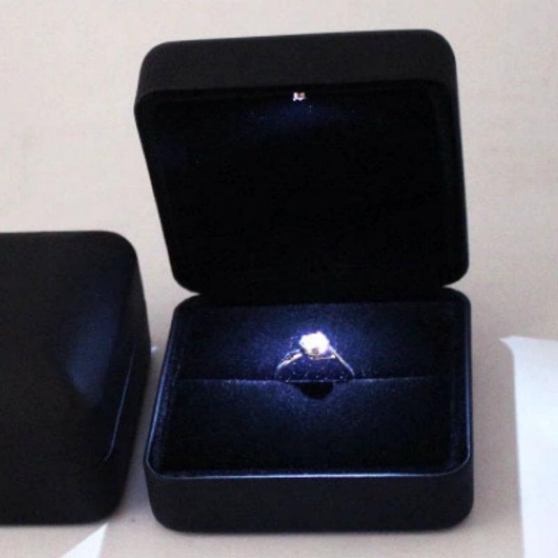 厂家直销LED灯首饰盒高档发光戒指盒求婚钻戒盒吊坠盒PU皮手链盒