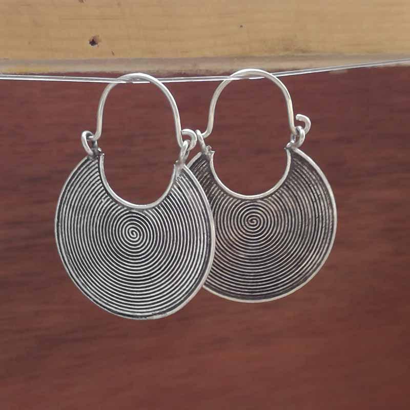 商品信息 产品名称: 泰银复古半圆卷圈耳环 尺寸:直径30mm(不含耳钩)