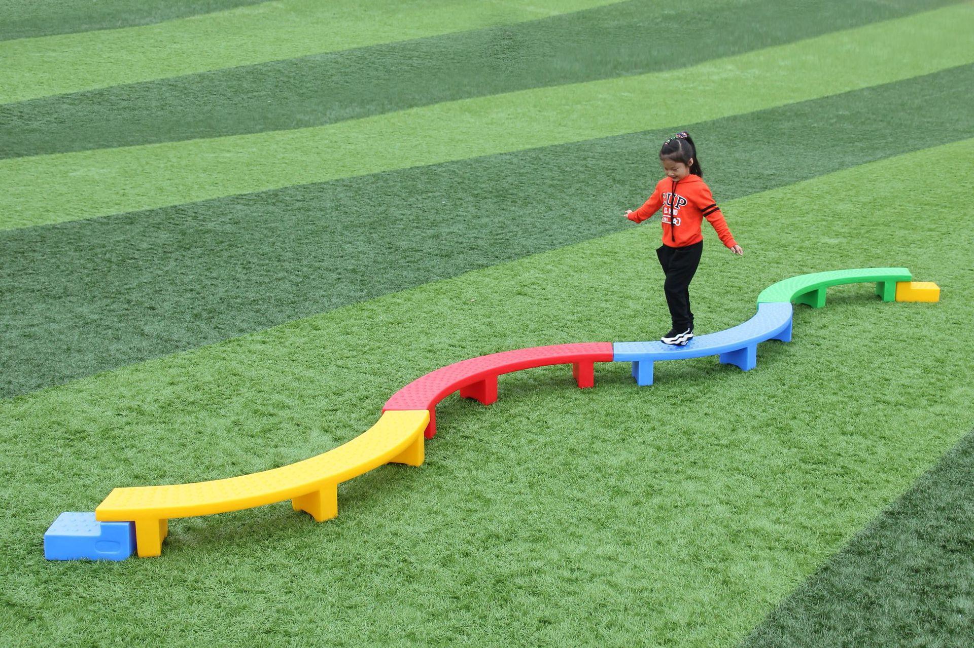 幼儿园玩具室内外游乐场儿童s型独木桥滚筒独轮车半月摇梅花桩