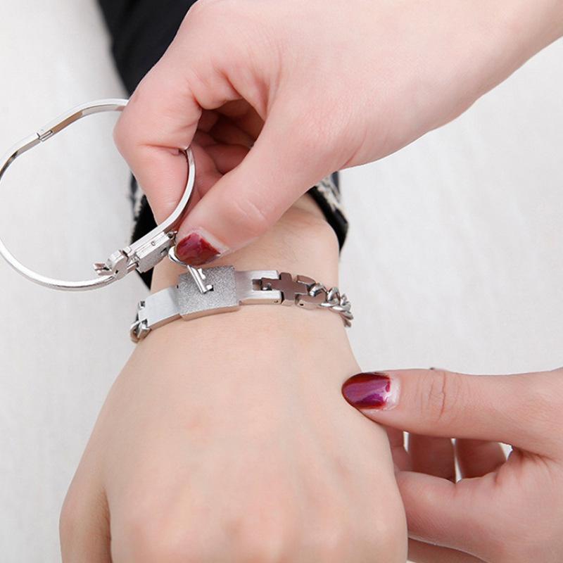 厂家直销男女互锁钛钢手镯 爱心情侣同心锁钥匙网红款手链一对