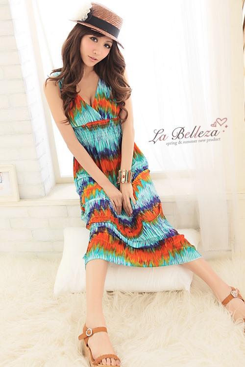 Красивое длинное платье синего цвета с v-воротом.