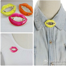 Fluorescent oil droplets, zombie teeth, clothes, lips, collar, pin, brooch, brooch