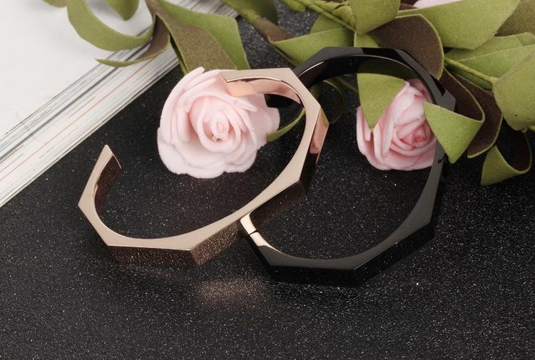 Pulsera abierta de superficie de corte simple pulsera de pareja chapada en oro rosa de acero de titanio negro NHOP176017