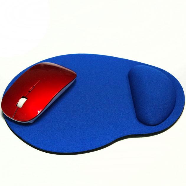 tapis souris ergonomique cylindrique bleu avec souris rouge posé dessus