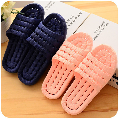 The new household slippers wholesale bath bath slippers in the four seasons, men and women soft bottom pierced, anti slippery lovers bathrooms.