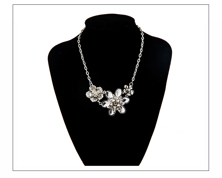 Fashion pattern artificial gemstone three flower clavicle chain flower necklace NHDP171411