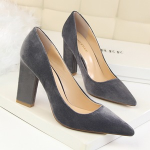 Thick-heeled suede shoes