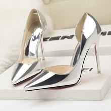 3058-9 Châu Âu và Hoa Kỳ thời trang hộp đêm gợi cảm mũi nhọn giày đế xuồng rỗng kim loại bề mặt miệng nông OL đơn giản giày cao gót Giày cao gót
