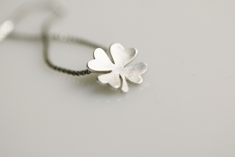 Fashion Clover Necklace Frosted Clavicle Chain Flower Pendant Necklace Wholesale NHCU186575
