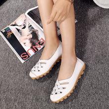 Mùa xuân và mùa hè thoáng khí rỗng phẳng cỡ lớn chống trượt lỗ giày nữ bằng phẳng với bà bầu Giày mẹ giày y tá màu trắng Giày mẹ