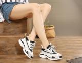 小白鞋 ,打造出时尚随性、简约与潮范儿感十足的款型