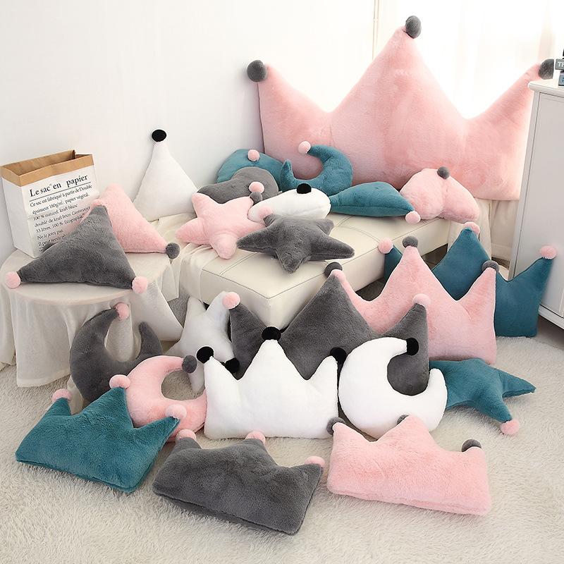 新品ins毛绒玩具星星月亮抱枕礼物皇冠沙发靠垫拍照装饰一件代发
