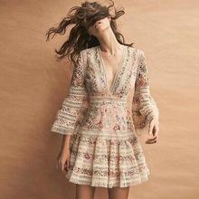 一件代发2018春夏新款走秀V领重工碎花喇叭袖镂空蕾丝刺绣连衣裙