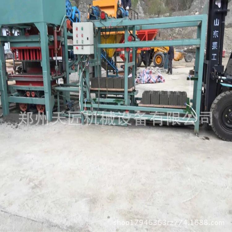 购买尾矿渣方孔空心砖机哪个牌子的好 免烧水泥路面面包透水砖机