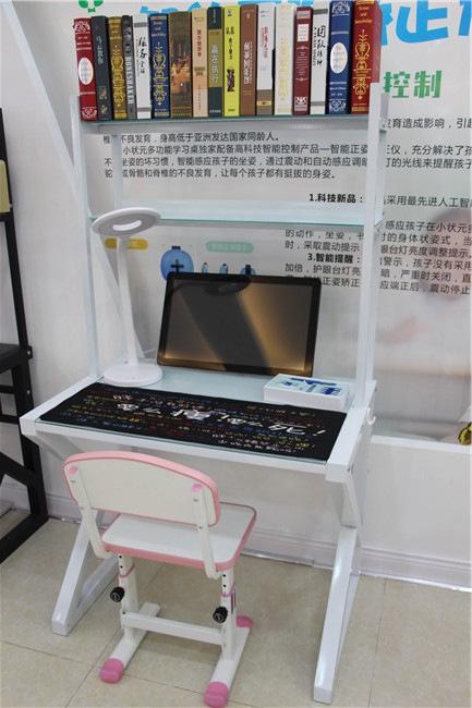 给孩子买好看的小状元智能控制学习桌 小状元学习桌上千万妈妈的选择