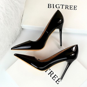 9511-6 in Europe and the wind with shiny patent leather fashion contracted with ultra fine shallow mouth pointed sexy sh