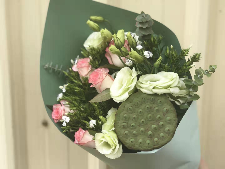 云南鲜花爱莎玫瑰绿色洋桔梗白色石竹梅半夏时光花束基地直发包邮