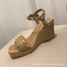 2019夏季新款女鞋时尚真皮铆钉厚底防水台坡跟一字扣露趾罗马凉鞋
