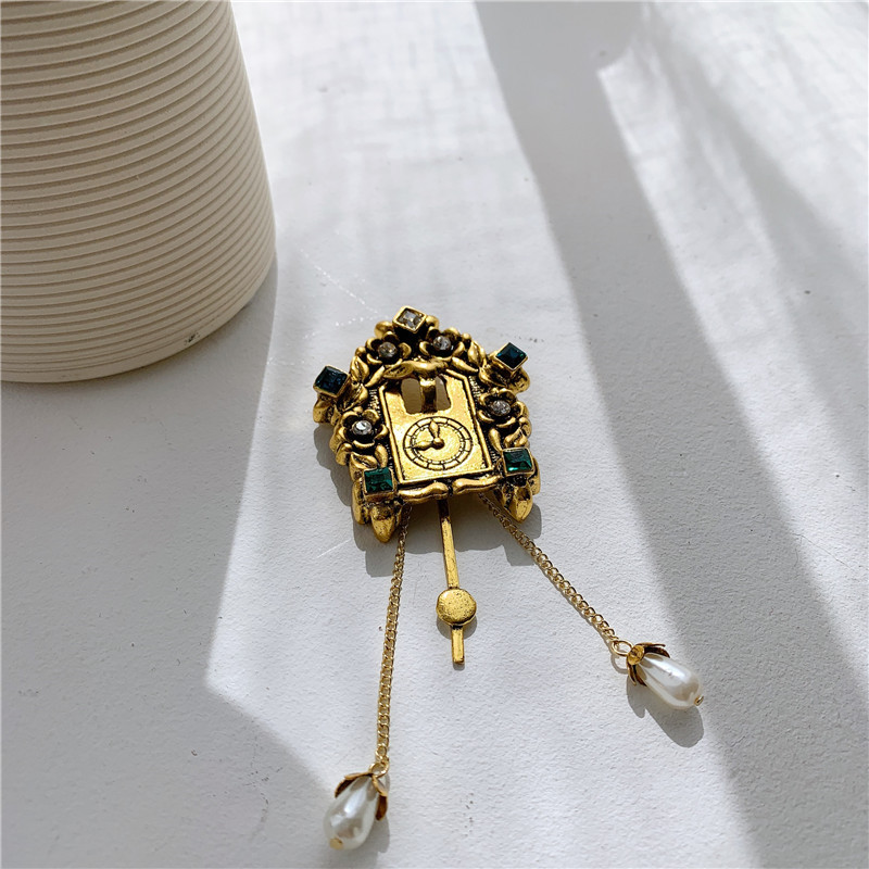 Europe and the United States old gold-plated retro portrait bird alarm tassel brooch NHYQ174975