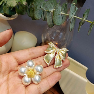 Manufacturers stock 2021 fashion women's brooches Korean flower style small fresh and simple brooch wholesale