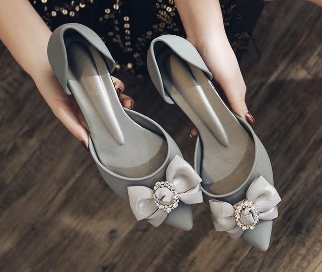 新款品牌尖头高跟时装女鞋钻扣坡跟软底休闲花朵凉鞋夏季果冻鞋