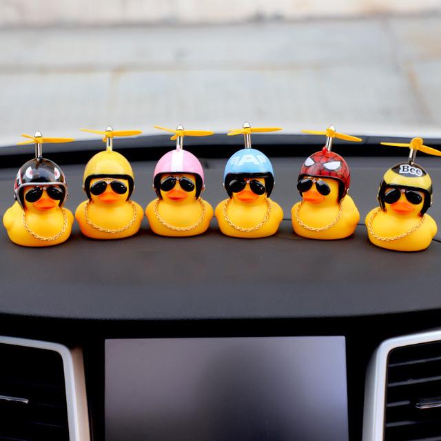 竹蜻蜓车载摆件小黄鸭头盔抖音破风鸭涡轮增鸭可爱 创意汽车摆件
