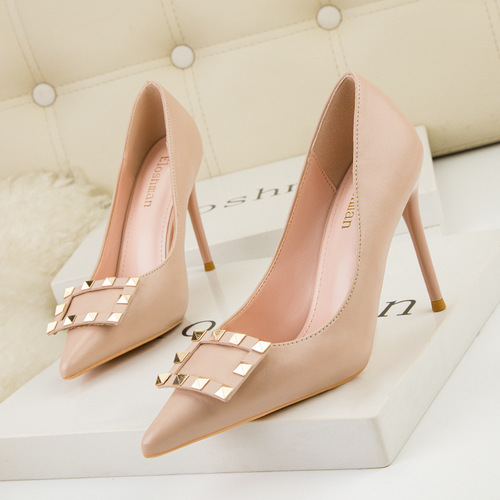 323-1 the European and American wind fashionable OL professional shoes high heel with shallow mouth pointed metallic rivet clasp sexy single shoes