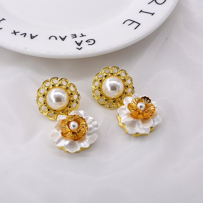 New Baroque Pearl Button Shell Flower Earrings Wholesale NHNT203529