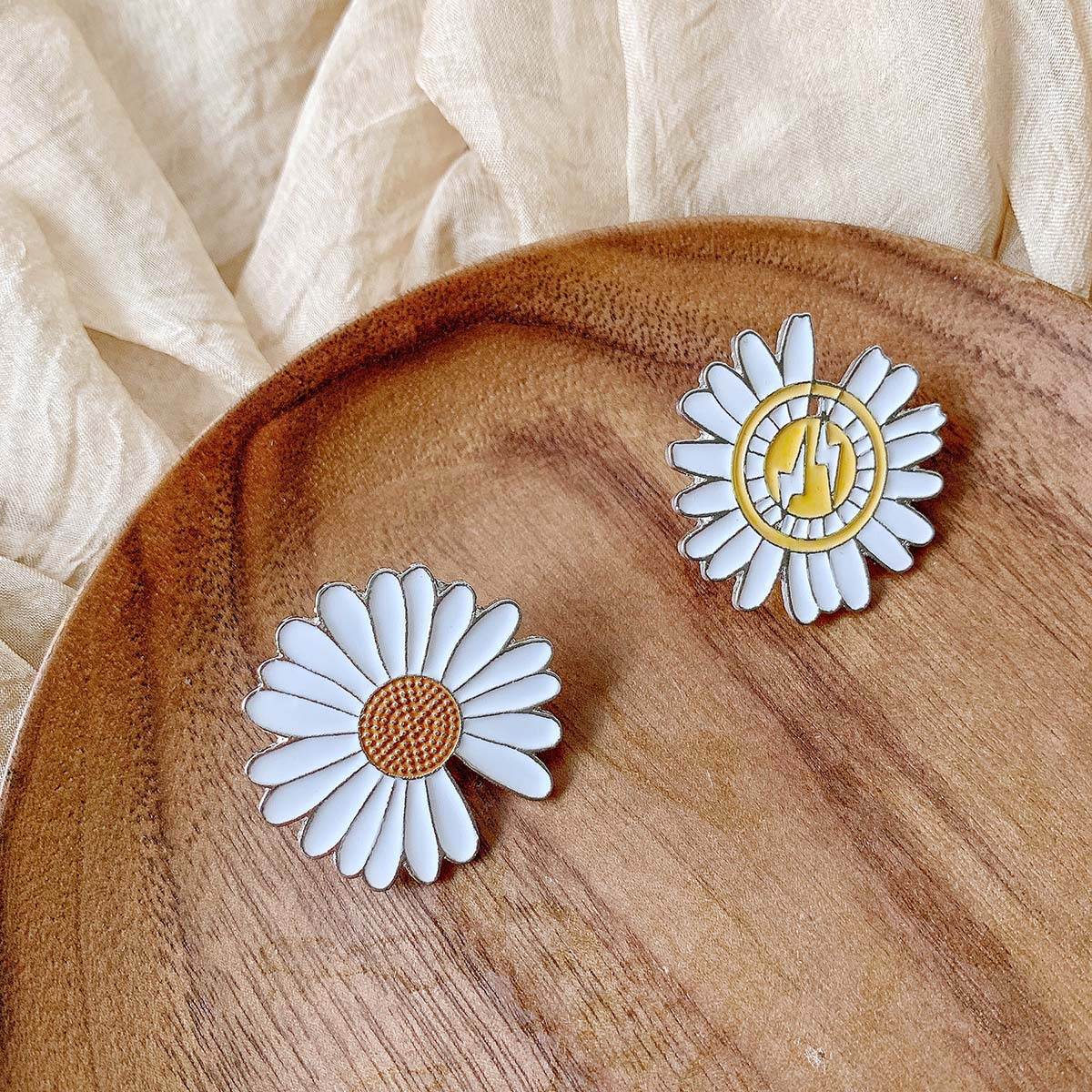 Daisy brooch accessories pin jewelry cartoon chrysanthemum clothes accessories wholesale nihaojewelry NHSD229225