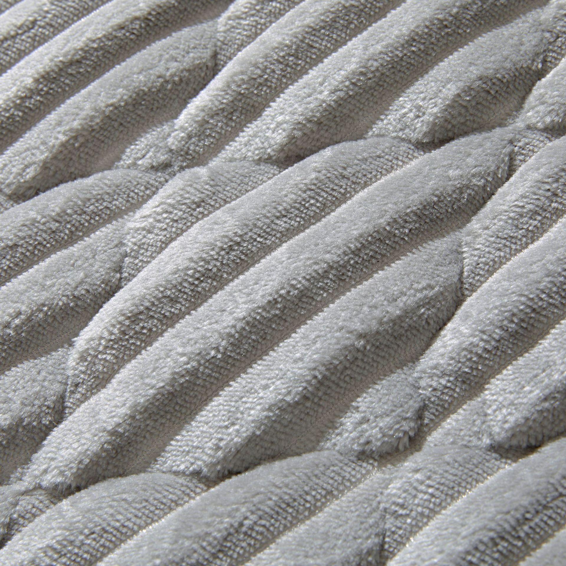 纯色条纹日式绗缝法兰绒地毯卧室客厅床边地毯加厚家用地垫可定制