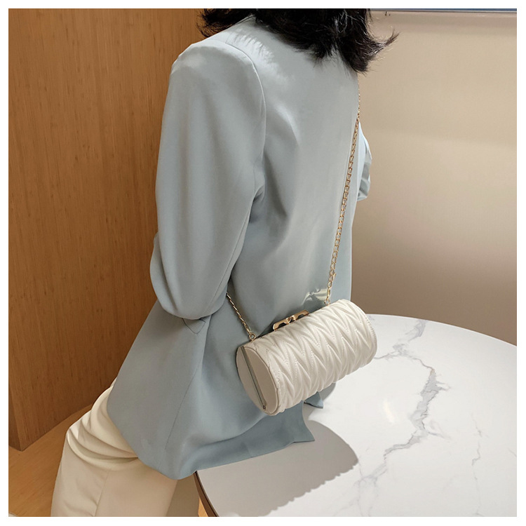 Summer new wave fashion texture chain clip buckle one shoulder round bucket bag wild pleated diamond crossbody bag wholesale nihaojewelry NHPB220807