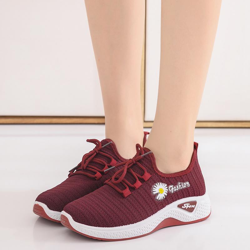 2020 صيف جديد من الأحذية القماشية بكين القديمة الإناث تحلق المنسوجة الأحذية تنفس الأم في منتصف العمر وكبار السن المشي الأحذية الأكشاك الأحذية بالجملة