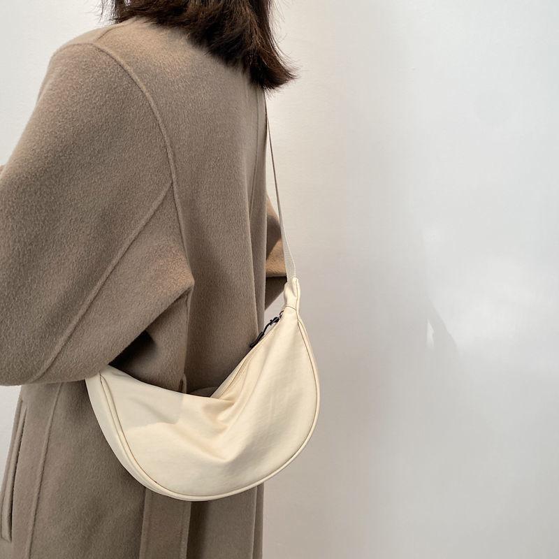 尼龙斜挎包包女2021新款潮饺子包轻便小挎包腋下包简约单肩帆布包