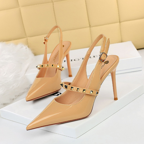 1932-6 European and American wind show thin thin with high glossy patent leather with shallow mouth pointed metallic rivet one word with single shoes