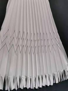 The pleating factory specializes in manual fan-shaped pleating of the hem of women's dresses.