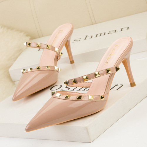 899-46 Europe and sexy show tall with shallow mouth pointed hollow metal rivets shoes one word with patent leather sandals