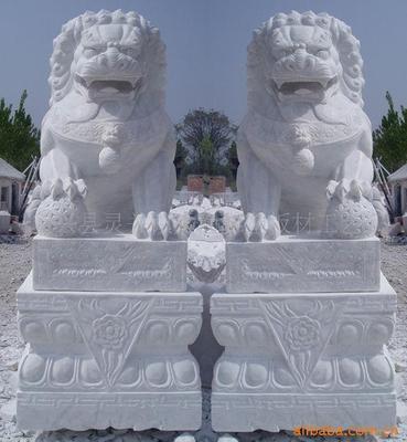 供应天然汉白玉石雕狮子定制 汉白玉石料石狮子门口动物雕塑摆件